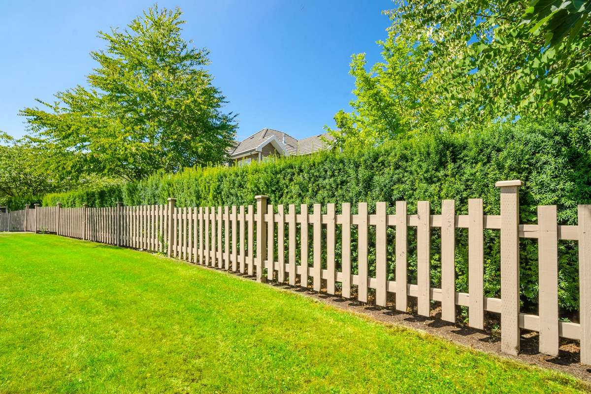 Забор между соседями